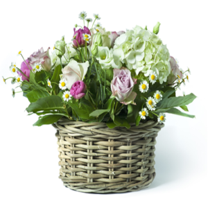 composizione in cesto fiori primaverili