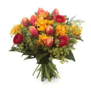 tulipani, ranuncoli e fresie gialle.