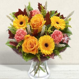 bouquet con gerbere, rose, garofani con spighe e verde