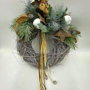 ghirlanda natalizia con elementi naturali e rami abete